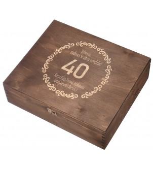 Brązowe drewniane pudełko na trzy wina z grawerem