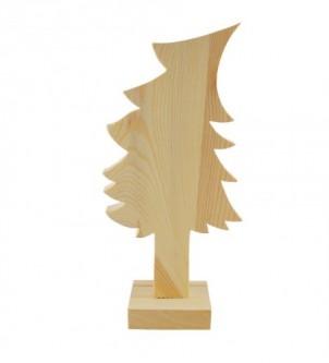 Choinka stojąca na stojaku z drewna